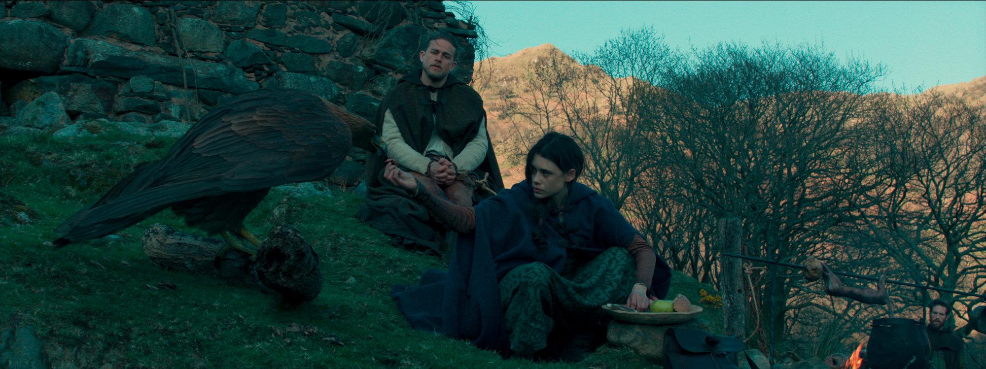 Charlie Hunnam v filmu Kralj Arthur: Legenda o meču (King Arthur: The Legend of the Sword)