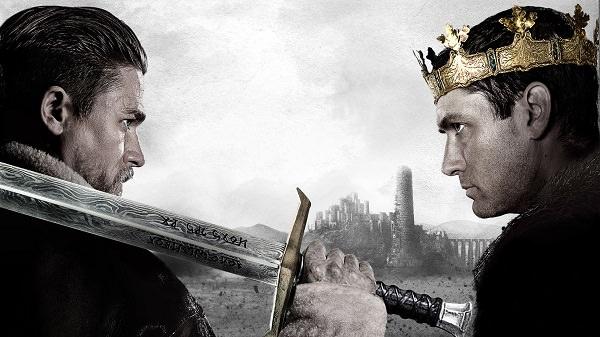 Charlie Hunnam in Jude Law v filmu Kralj Arthur: Legenda o meču (King Arthur: The Legend of the Sword)