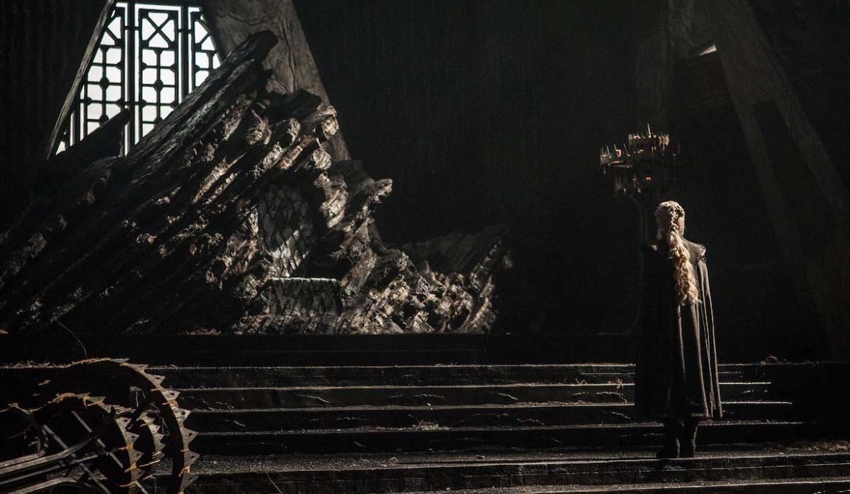 Daenerys v 1. epizodi 7. sezone serije Igra prestolov: Zmajev kamen pred svojim prestolom iz zmajevega stekla.