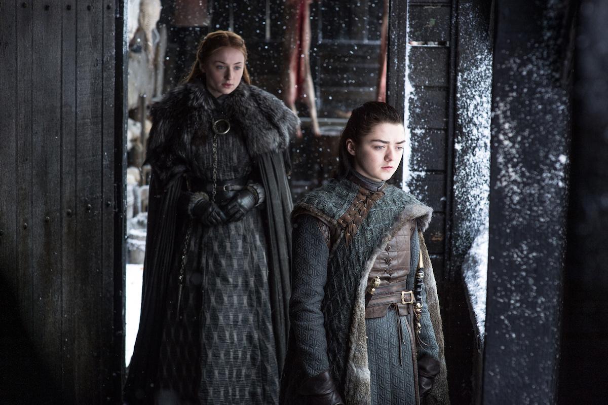 Sansa (Sophie Turner) in Arya (Maisie Williams) v seriji Igra prestolov epizoda Onkraj zidu.