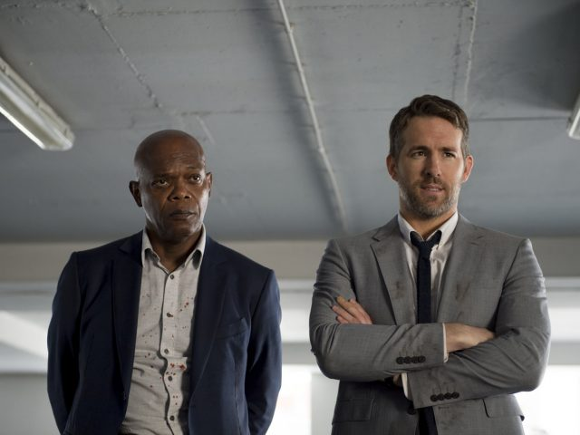 Ryan Reynolds in Samuel L. Jackson v filmu Krij mi hrbet (The Hitman's Bodyguard)