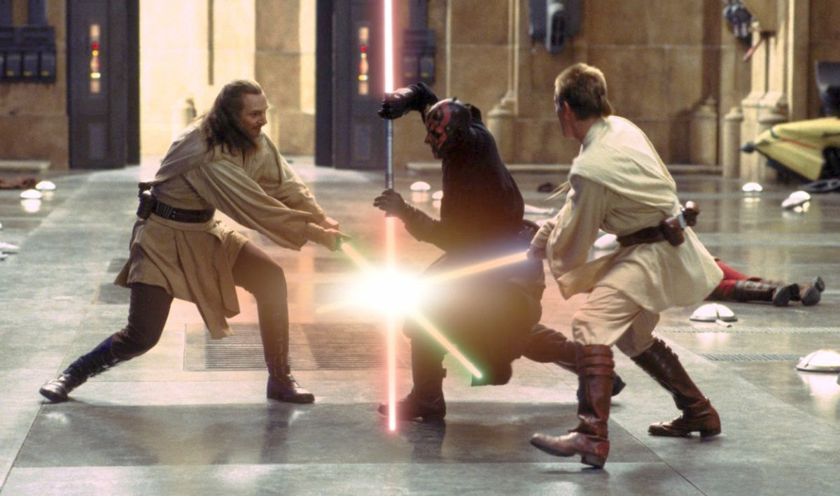 Darth Maul s svojim dvojnim svetlobnim mečem v Vojni zvezd Grozeča prikazen (star-wars-episode-i-light-saber-fight)