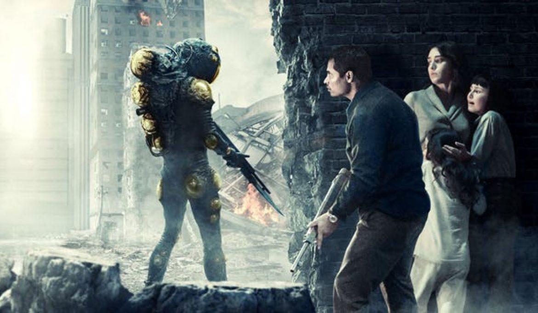 Michael Pena in Lizzy Caplan v filmu Extinction