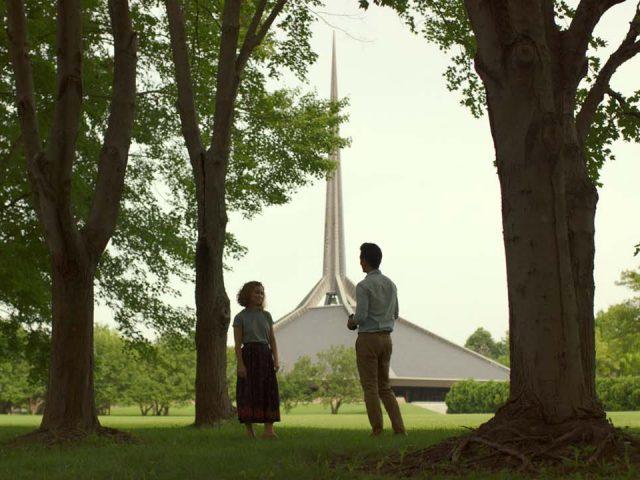John Cho in Haley Lu Richardson v filmu Columbus