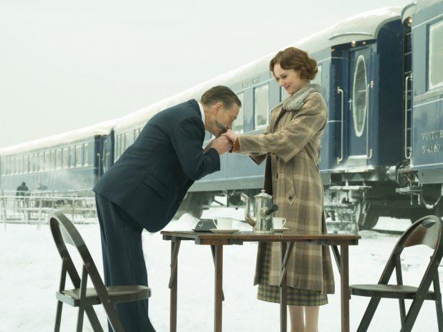 Kenneth Branagh in Daisy Ridley v filmu Umor na Orient Ekspresu.