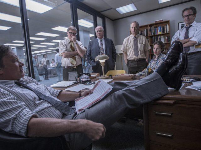 Tom Hanks kot Ben Bradlee z uredniško ekipo v filmu Zamolčani dokumetni (The Post)