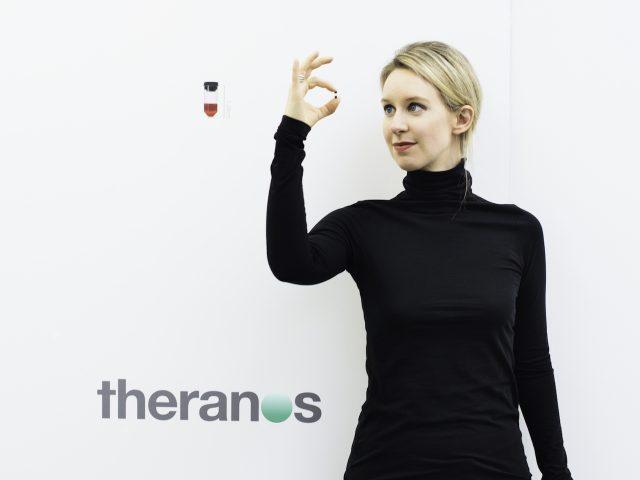 Elizabeth Holmes, direktorica podjetja Theranos v filmu Izumiteljica: Krvava prevara (The Inventor Out for blood in silicon valley)